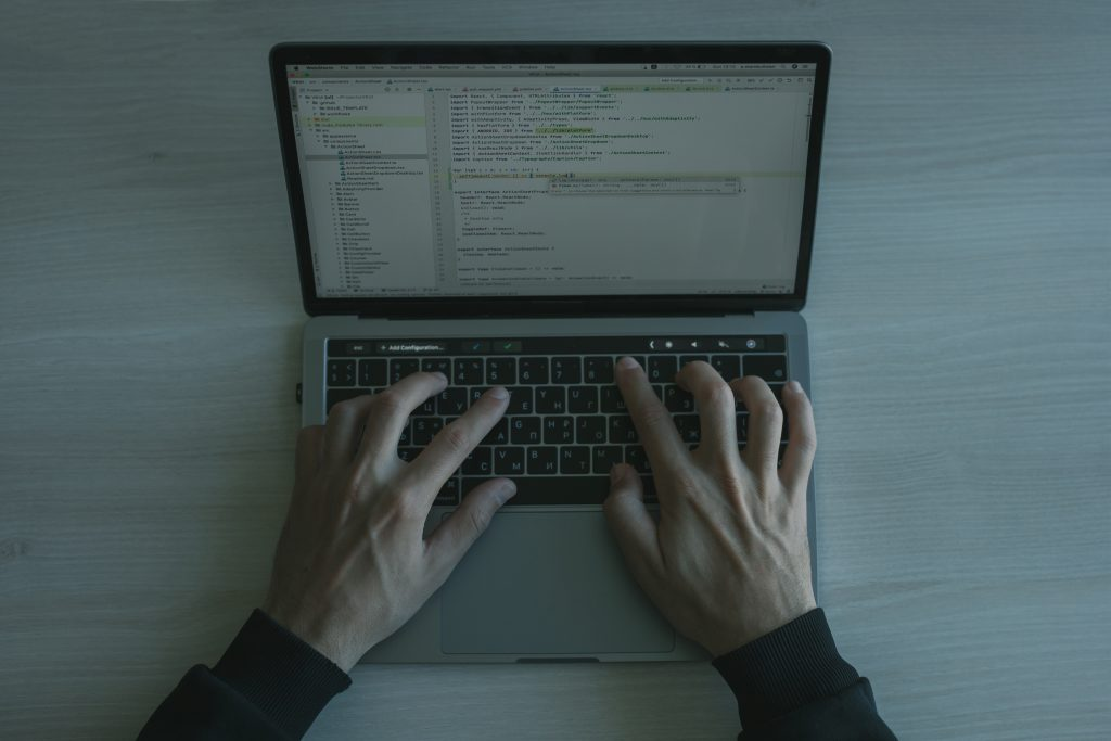 La communication automatique entre le serveur et le client fait partie des frameworks java.