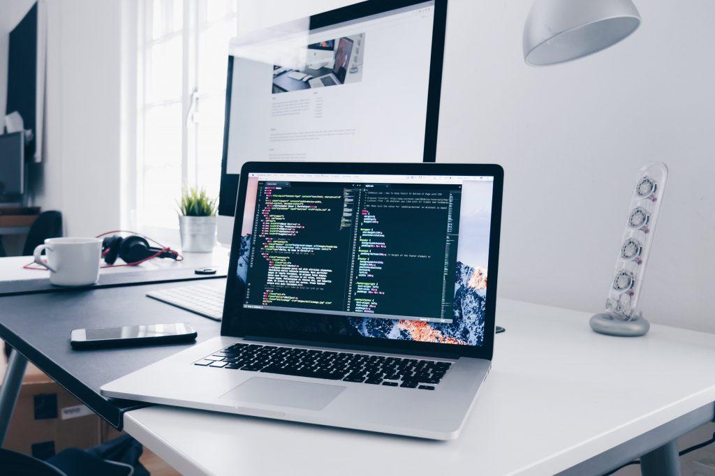 Un diseñador de software responsable de la arquitectura del sistema