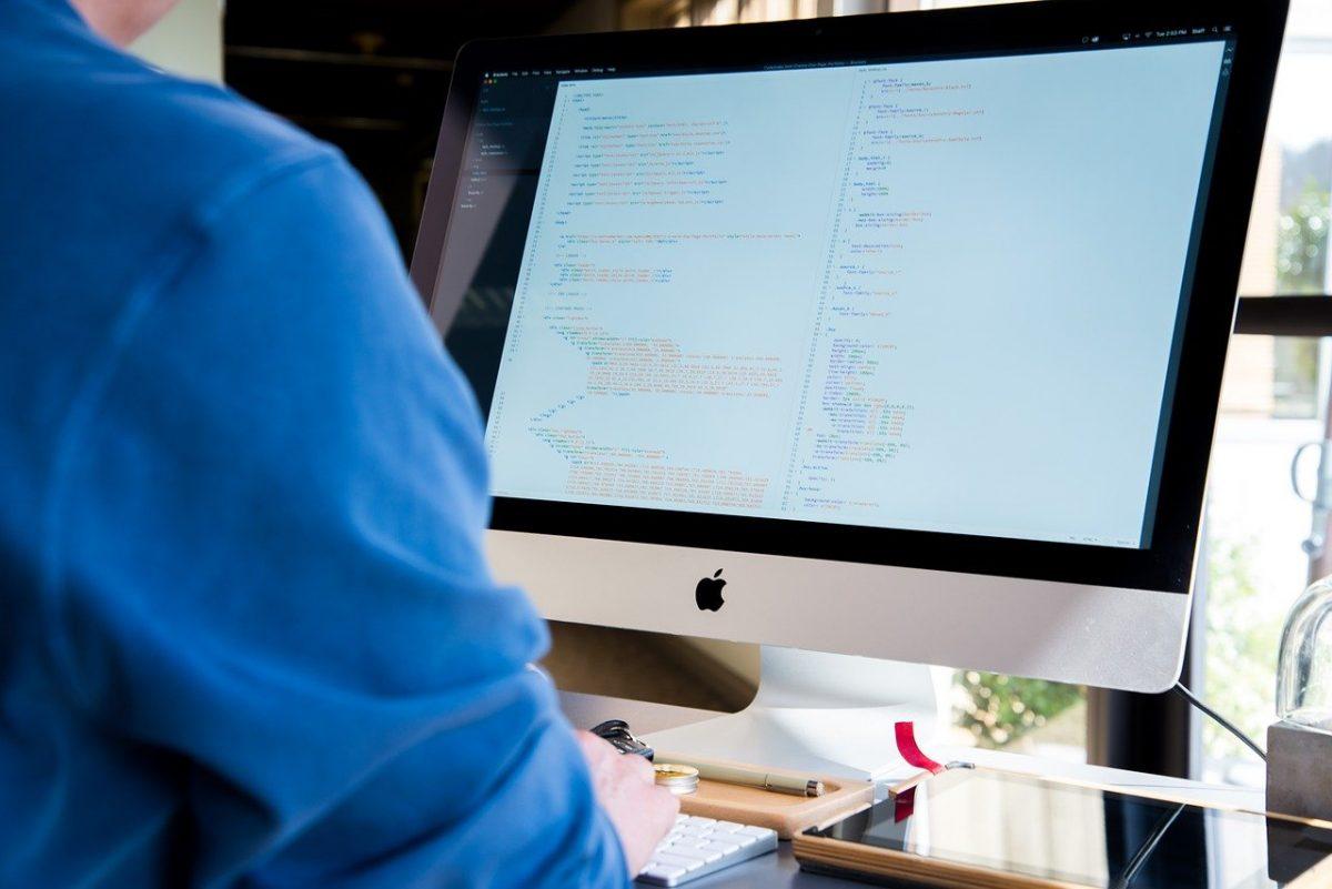 Un développeur qui met sur pied un projet de développement d'applications d'entreprise.