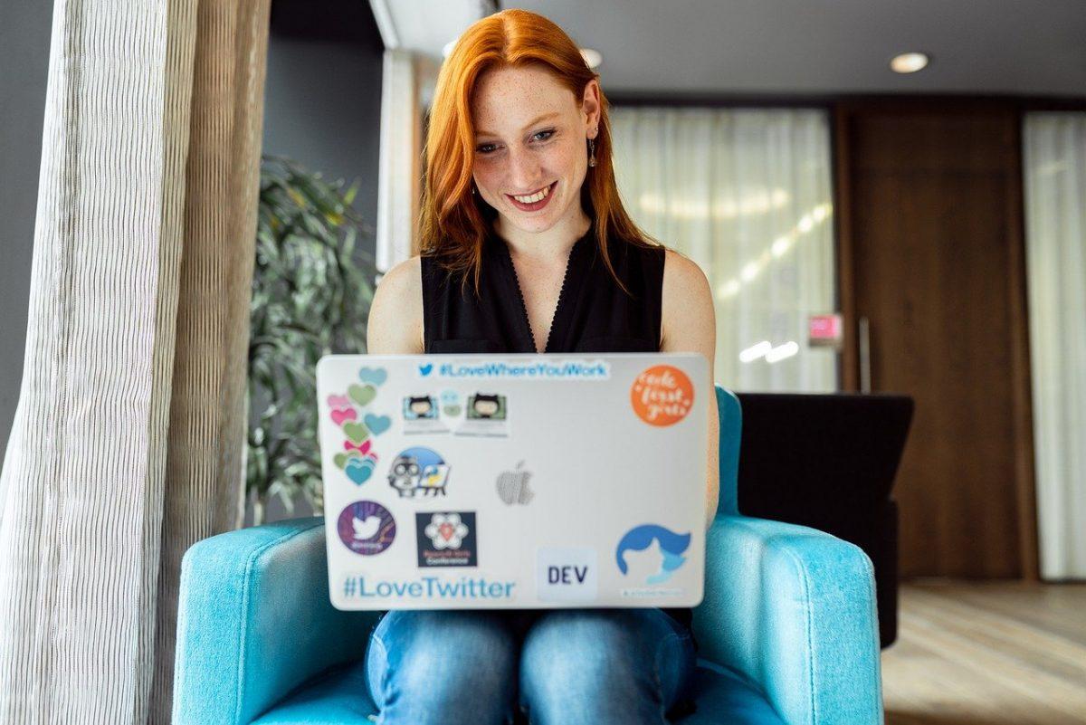 Une dame avec un emploi de développement web mobile utilisant un ordinateur portable.