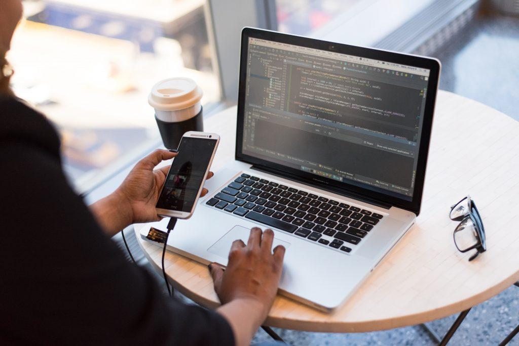 Utilizar el lenguaje de programación adecuado ayuda a un constructor a iniciar su propio negocio de aplicaciones